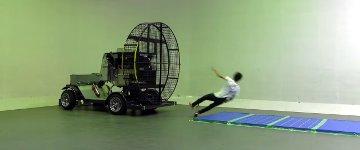 Japaner gegen Windmaschine