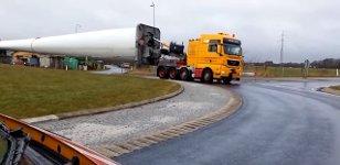 Windturbinenschaufel im Kreisverkehr