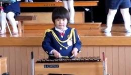 Kind gibt alles am Xylophon