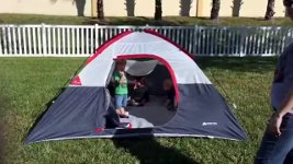 Kinder fallen aus Zelt